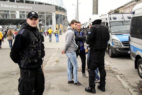 policja po wygranym meczu stali z falubazem  dwie, zdjęcie 3/30