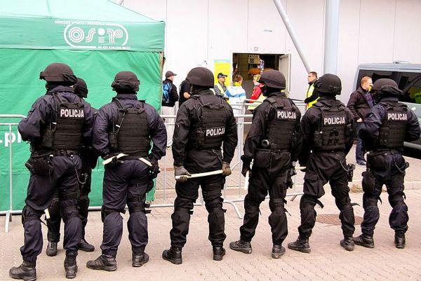 policja po wygranym meczu stali z falubazem  dwie, zdjęcie 13/30