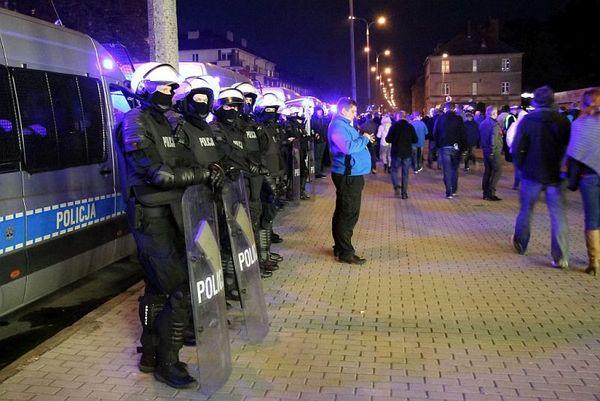 policja po wygranym meczu stali z falubazem  dwie, zdjęcie 17/30