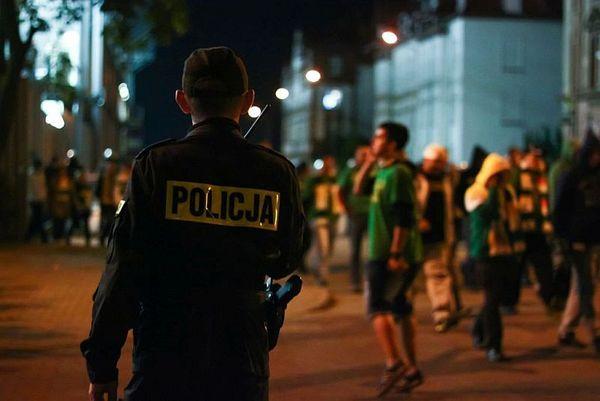 policja po wygranym meczu stali z falubazem  dwie, zdjęcie 25/30