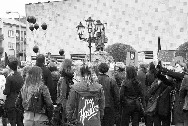 emocjonalny protest w czerni, zdjęcie 1/32