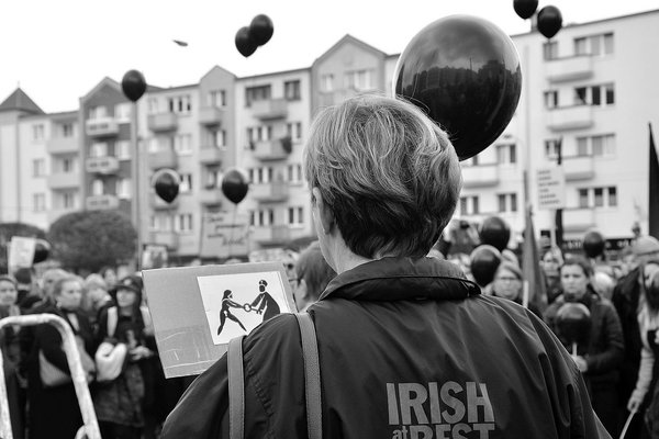 emocjonalny protest w czerni, zdjęcie 3/32