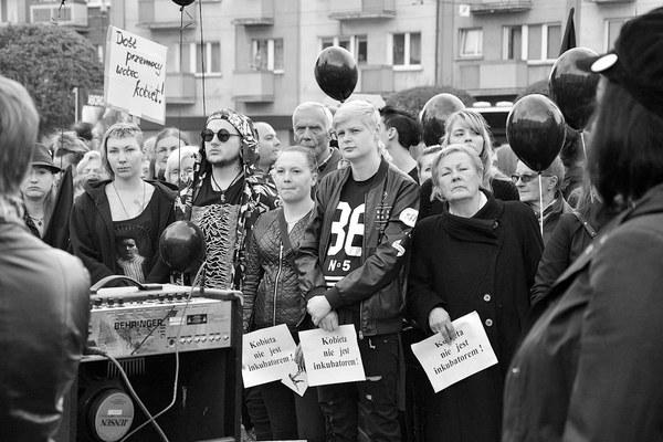 emocjonalny protest w czerni, zdjęcie 5/32
