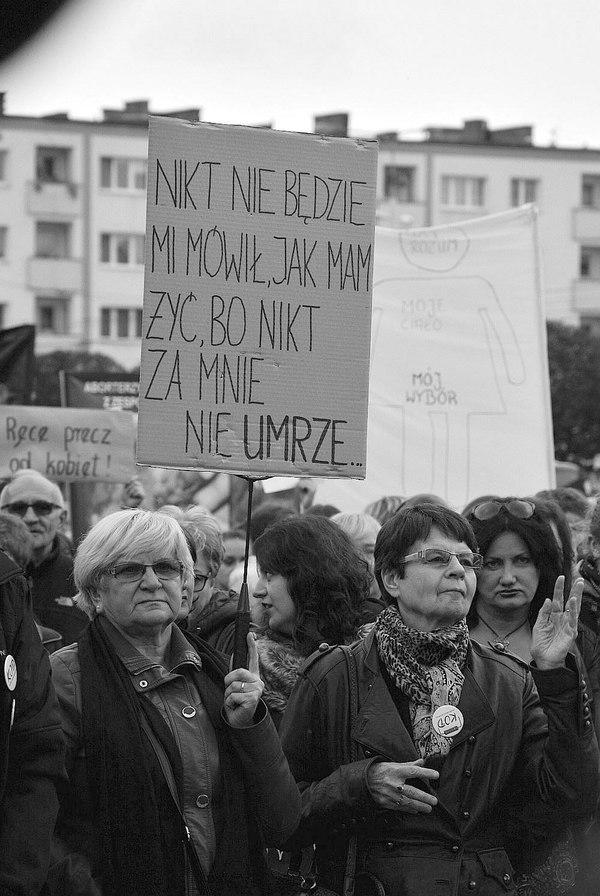 emocjonalny protest w czerni, zdjęcie 6/32
