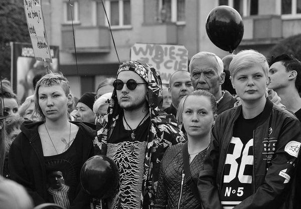 emocjonalny protest w czerni, zdjęcie 7/32