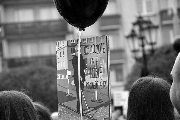emocjonalny protest w czerni, zdjęcie 9/32