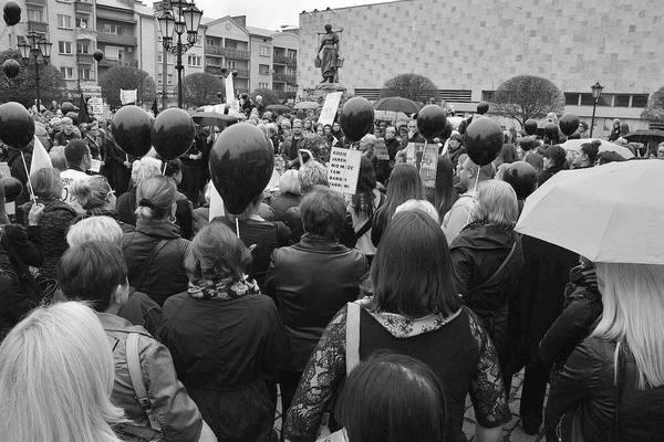 emocjonalny protest w czerni, zdjęcie 18/32