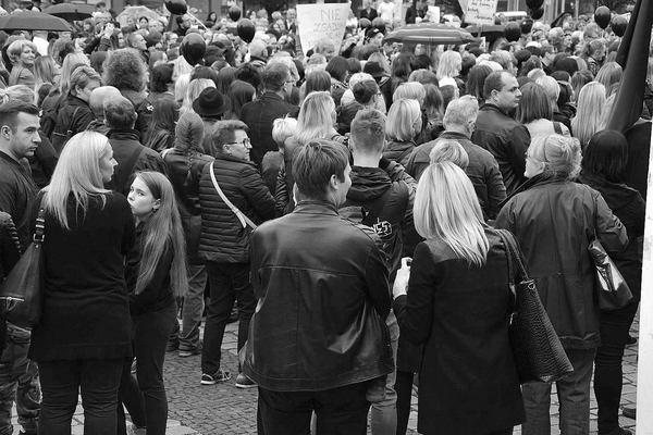 emocjonalny protest w czerni, zdjęcie 27/32