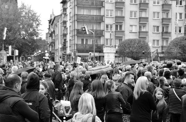 emocjonalny protest w czerni, zdjęcie 28/32