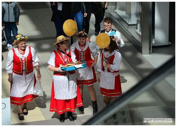 tanczyli spiewali karmili  tak promowali swoj, zdjęcie 5/11