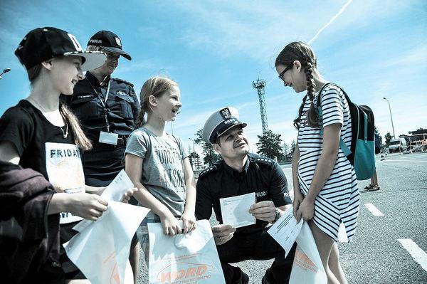 policja uczy dzieci jak bezpiecznie wypoczywac , zdjęcie 16/30