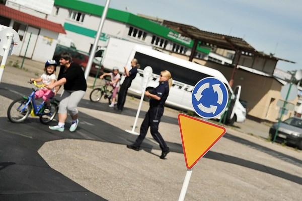 policja uczy dzieci jak bezpiecznie wypoczywac , zdjęcie 18/30