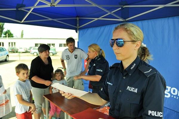 policja uczy dzieci jak bezpiecznie wypoczywac , zdjęcie 20/30
