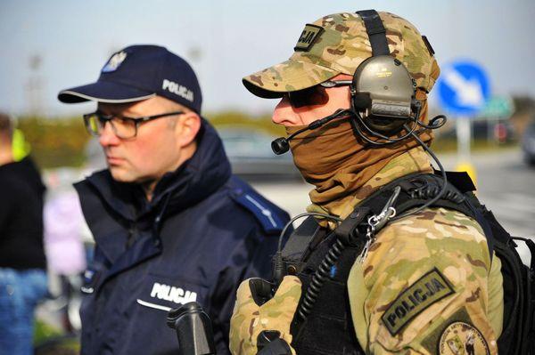 uzbrojeni napastnicy zaatakowali na stacji paliw , zdjęcie 22/55