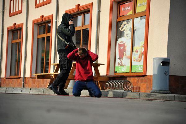 uzbrojeni napastnicy zaatakowali na stacji paliw , zdjęcie 27/55