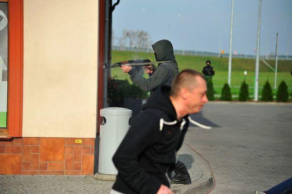 uzbrojeni napastnicy zaatakowali na stacji paliw , zdjęcie 30/55