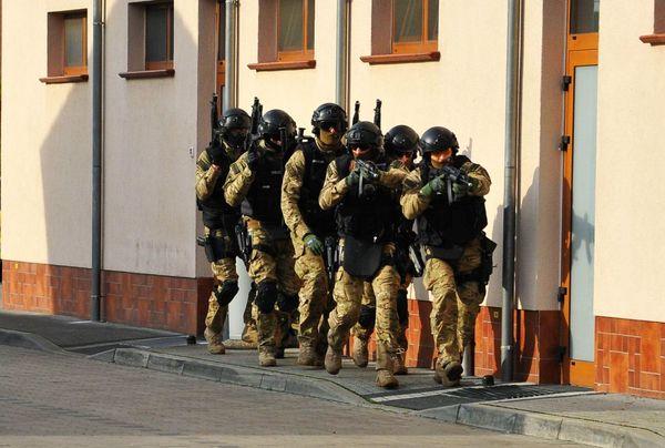 uzbrojeni napastnicy zaatakowali na stacji paliw , zdjęcie 31/55