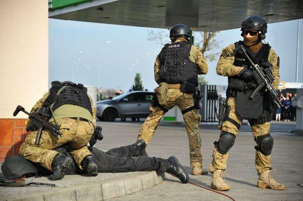 uzbrojeni napastnicy zaatakowali na stacji paliw , zdjęcie 34/55