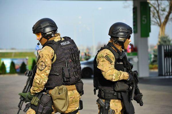 uzbrojeni napastnicy zaatakowali na stacji paliw , zdjęcie 35/55