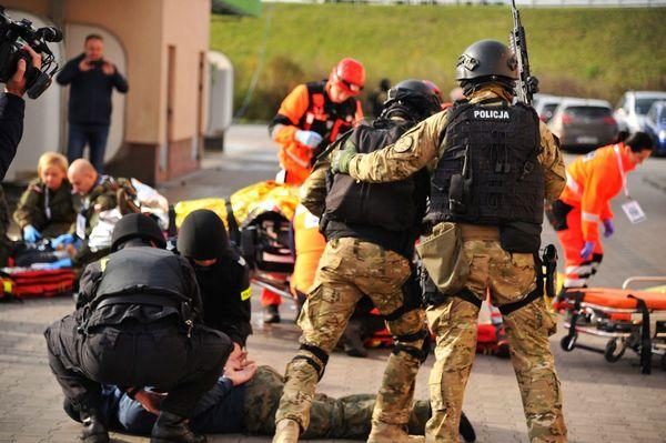 uzbrojeni napastnicy zaatakowali na stacji paliw , zdjęcie 48/55